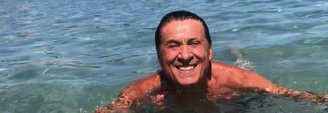Gianni Morandi, foto hot durante la pausa dal set: «Ho dimenticato il costume...»