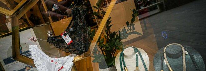 Napoli, il «flash mob della mutanda»: domani i commercianti in piazza