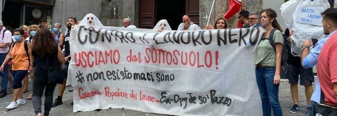 Enrico Letta a Napoli, in piazza i manifestanti fantasmi di Potere al Popolo