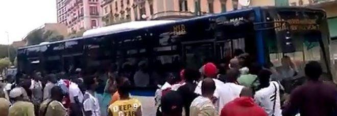 Senza biglietto, si rifiutano di scendere: richiedenti asilo bloccano bus per un'ora e mezzo