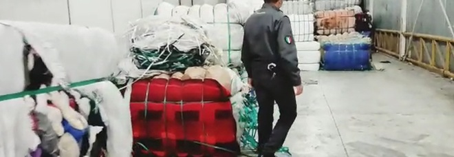 Ercolano, maxideposito di abiti usati non sanificati: scatta il sequestro. Lavoratori in nero con il reddito di cittadinanza