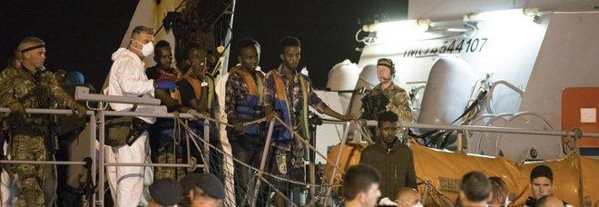 Migranti, ok allo sbarco a Pozzallo. Salvini esulta: «Vittoria politica». Praga: «Conte ci porta all'inferno»