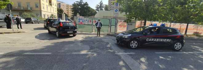 I carabinieri di Ponte San Giovanni portano gli arrestati in caserma