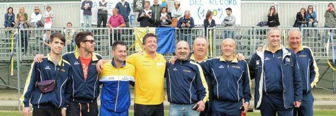 Diego Salvador tra gli amici della società di calcio a cui tanto si dedicava, il Fratte Rondinelle