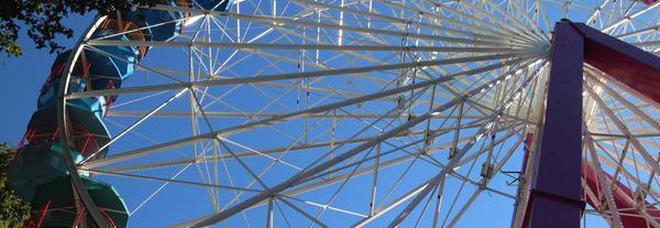 Smartphone cade da una giostra a 140 metri di altezza e non si danneggia Video