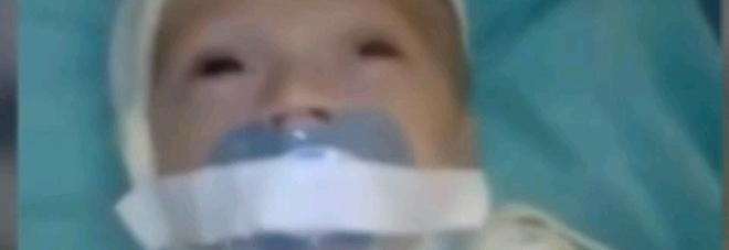 Neonato in culla legato e con il ciuccio fermato con lo scotch: il video indigna il web