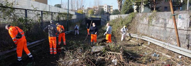 Napoli, si lavora su rovi e rifiuti della «galleria dimenticata» di Ponticelli