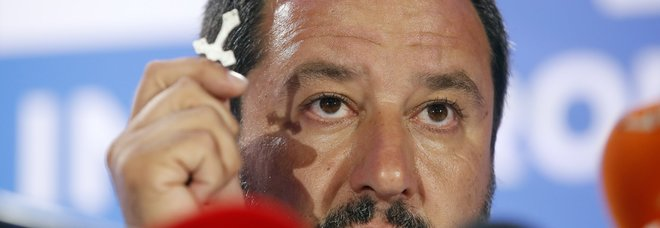Salvini bacia il crocifisso (AP Photo/Antonio Calanni)