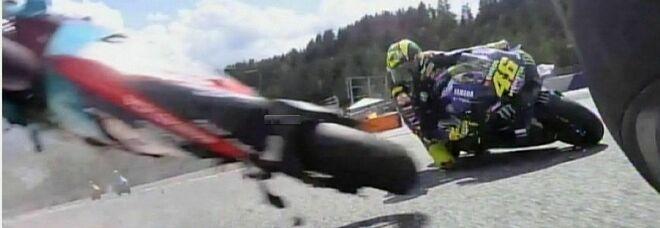 MotoGp, spaventoso incidente tra Morbidelli e Zarco: la moto dell'italiano vola e sfiora Valentino Rossi