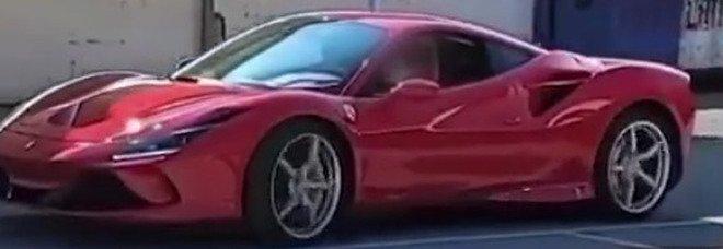 Napoli, bimbo di 11 anni alla guida di una Ferrari: è polemica sui social