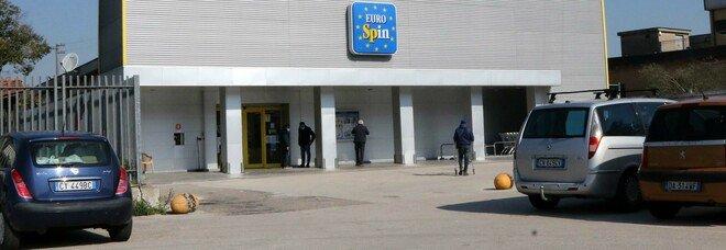 Bomba carta davanti al supermercato, esplosione e paura: l'ombra del racket