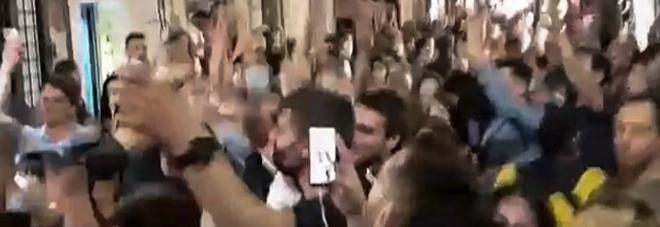 Movida illegale, a Trastevere si balla per strada: e scoppia anche una rissa