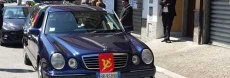 L'ultimo saluto a Gerardo il comunista: falce e martello per il funerale rosso
