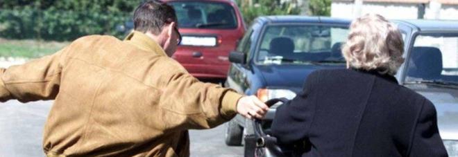 Strappa l'orecchino dall'orecchio di un'anziana: arrestato in flagranza