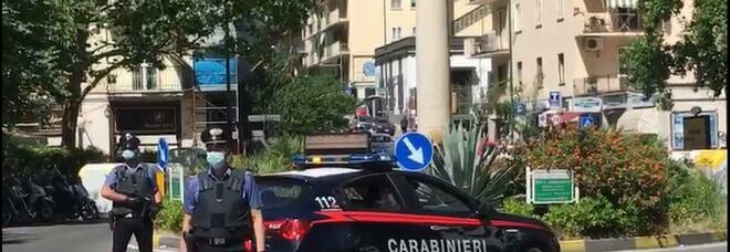 Napoli, incendio al rione Traiano: negozio in fiamme, ipotesi racket