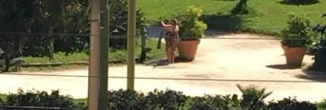Lo scempio nella villa comunale: i clochard lavano i panni nelle fontane