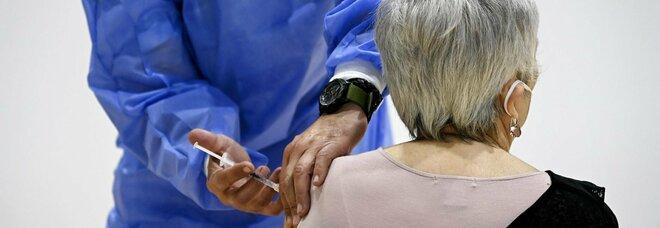 Covid, le vaccinazioni corrono, ma c è il nodo over 80: 250 mila sono irreperibili