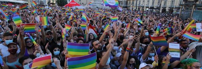 Elezioni a Napoli, l'Arcigay contro Bassolino: «Partito gay fatto con sconosciuti candidati di Milano»