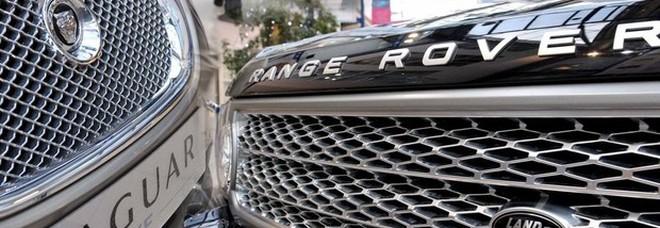 La Jaguar Land Rover interrompe la produzione: «Pausa di due settimane». Ecco cosa sta succedendo