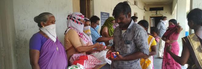 L'India argina la pandemìa, ma assume 5.000 agenti per imporre l'uso della mascherina
