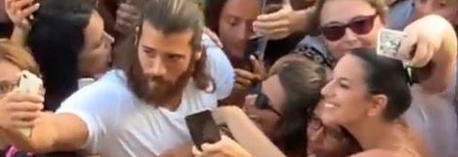 Napoli in delirio per Can Yaman: assalto sul lungomare per il popolare attore turco