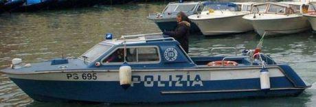 Choc a Venezia: cadavere di uomo affiora da un canale tra i turisti