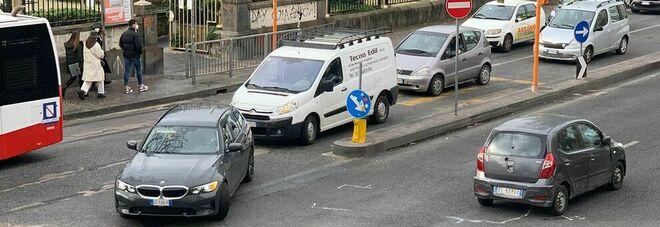 Napoli, incrocio pericoloso a Chiaia: «Incidenti tutti i giorni»