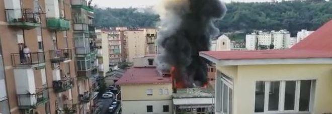 Alba di fuoco a Napoli, in fiamme il deposito di giocattoli: evacuate cento persone