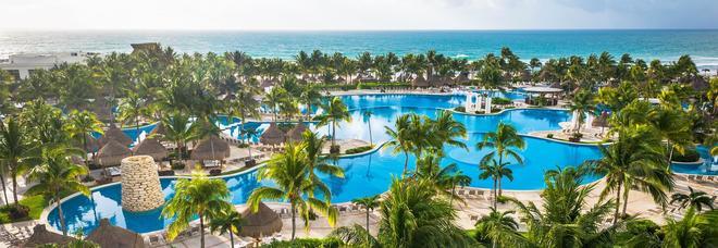 Il lavoro dei sogni: pagato per collaudare spiagge e resort di lusso