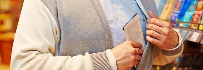 Fugge dalla libreria con un volume nascosto, inseguito e fermato: 52enne ladro seriale di libri