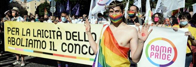 """""""Cristo Lbgt"""" al Pride di Roma. Meloni: «Perché offendere la fede?»"""