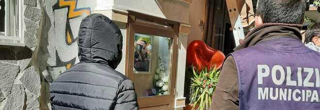 Napoli, cancellato il murales per l'assassino di Genny Cesarano: rimosso anche l'altarino del rapinarolex