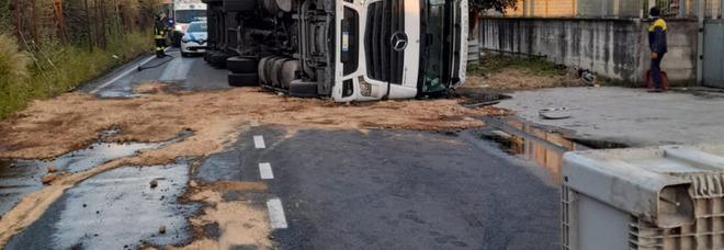 Incidente a Nocera: tir si ribalta, paura per un commerciante