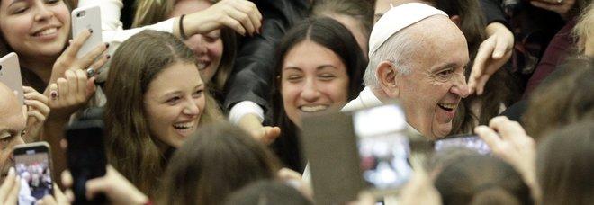 Papa Francesco ai ragazzi: «Non siate schiavi del telefonino, è una droga»