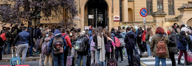 Covid scuola, didattica on line anche alle elementari: ecco il piano. E sui prof: «Si insegni anche in quarantena»