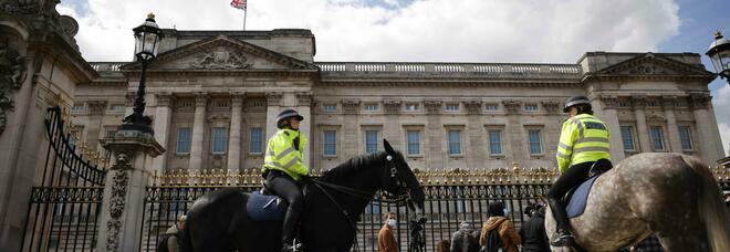 Morto Filippo, troppa folla a Buckingham Palace: rimosso l'annuncio funebre dal cancello