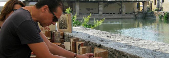 """Bagno Vignoni, il borgo delle terme diventa """"casa"""" dei libri, tra celebrità, Dante e gastronomia"""
