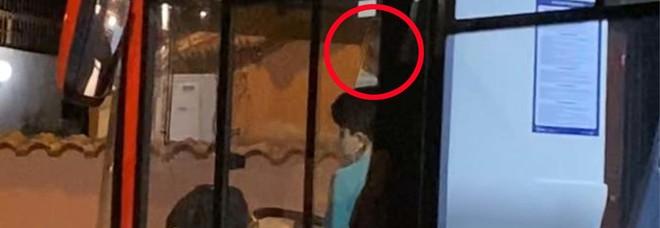 Napoli choc: «Bus dell'Anm incastrato, al volante c'era un minorenne»