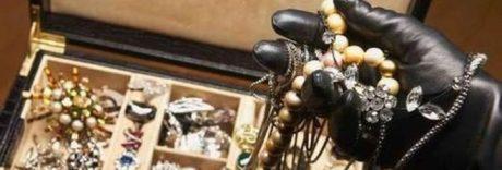 Collier, bracciali, fedine e anelli: derubata dalla domestica per anni