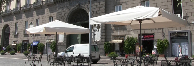 Risultati immagini per tavolini a piazza municipio a napoli