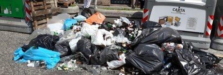 Napoli, una discarica di bottiglie nel cuore dei Decumani