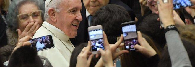 L'udienza con Papa Francesco: il pontefice assediato da telefonini