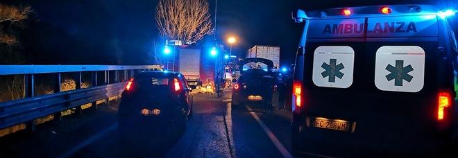 Auto in fuga dalla polizia, schianto contro Tir: quattro morti e due feriti