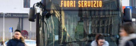Paura a Roma, 30enne accoltellato sul bus: «Non voleva farmi scendere»