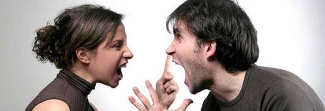 «Mia moglie non cucina e non stira» e chiede il divorzio. Il giudice gli dà torto: i lavori vanno condivisi