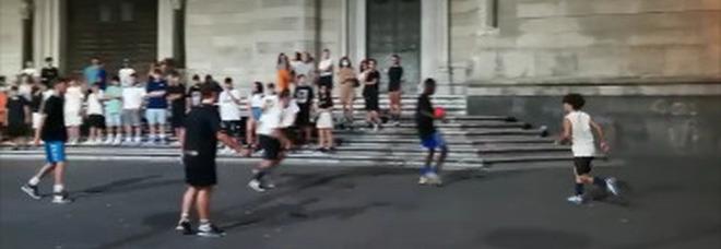 Il Duomo di Napoli come uno stadio a cielo aperto: «Torneo di 12 squadre, situazione fuori controllo»