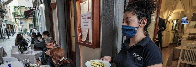 Reddito di cittadinanza, bar, ristoranti e alberghi faticano a trovare personale: i giovani preferiscono i sussidi