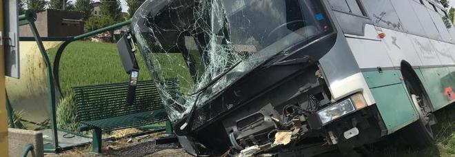 Autobus urta la pensilina della fermata e finisce fuori strada: due feriti nel Padovano