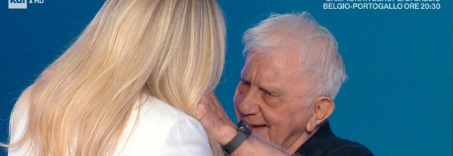 Domenica In, Mara Venier interrompe l'intervista a Don Mazzi e scoppia in lacrime: «Scusami...»