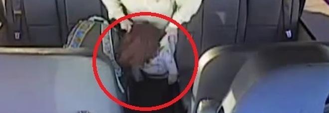 Abusi sullo scuolabus: l'autista scuote la bimba autistica e la trascina fuori